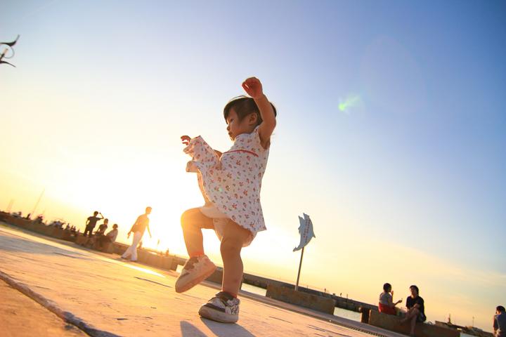 幸福的享受。還記得小芊芊那天跳了好久的舞,從白天跳到黑夜,彷彿竹圍漁港就是她的舞台,看她在夕陽下漫妙的舞姿,就是幸福的享受。