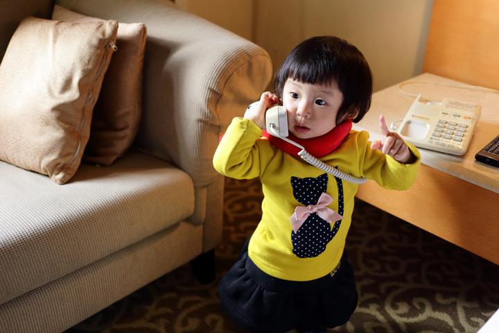 認真。小芊芊真的很愛學大人講電話,好幾次講起電話都有模有樣,一付認真的表情和動作,這看起來是不是有一秒鐘幾十萬上下的樣子 XD。