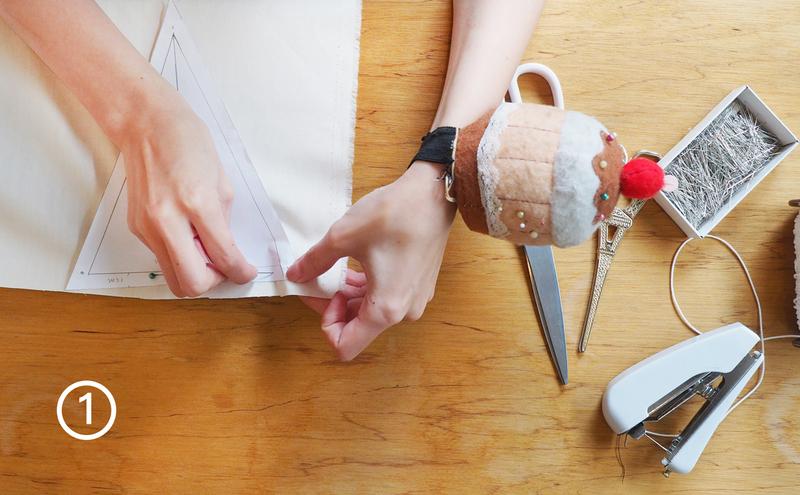 步驟1-先用大頭針把三角旗的板模固定在布上面